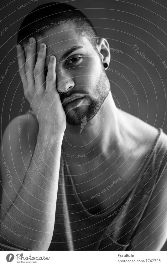 Männerportrait IV maskulin Junger Mann Jugendliche Erwachsene 1 Mensch 18-30 Jahre schwarzhaarig kurzhaarig Dreitagebart Schmerz Einsamkeit Scham Verzweiflung