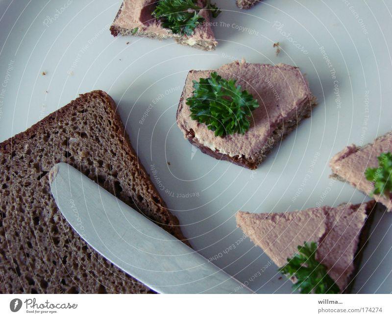 Leberwurstbrote in Häppchen mit Petersilie und ein Messer Ernährung Frühstück Abendessen Gesunde Ernährung Teile u. Stücke Wurstbrot Nahaufnahme Brotscheibe