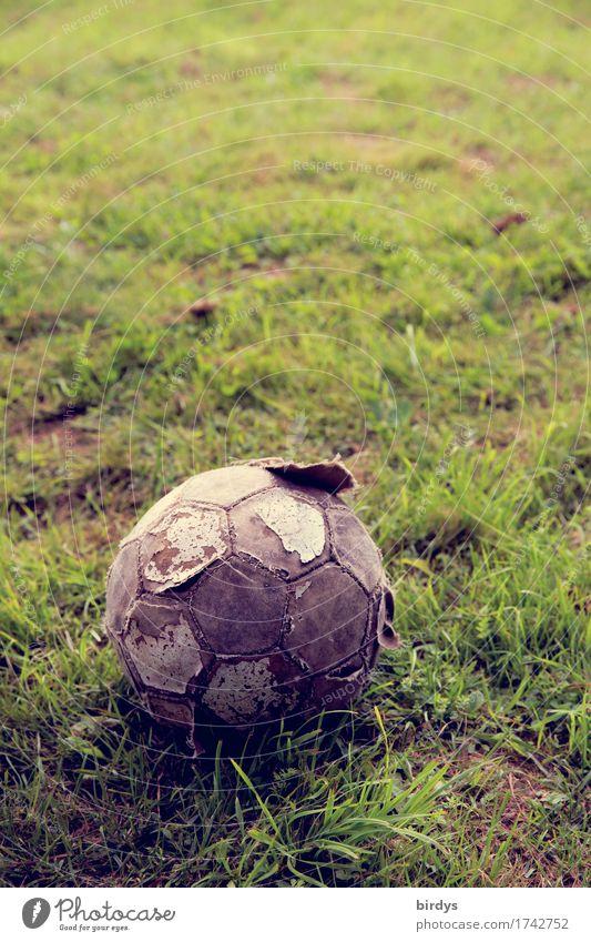 solang er rollt... Ballsport Fußball Fußballplatz Wiese alt gebrauchen warten kaputt rund bescheiden Armut Gesellschaft (Soziologie) Hoffnung Leidenschaft