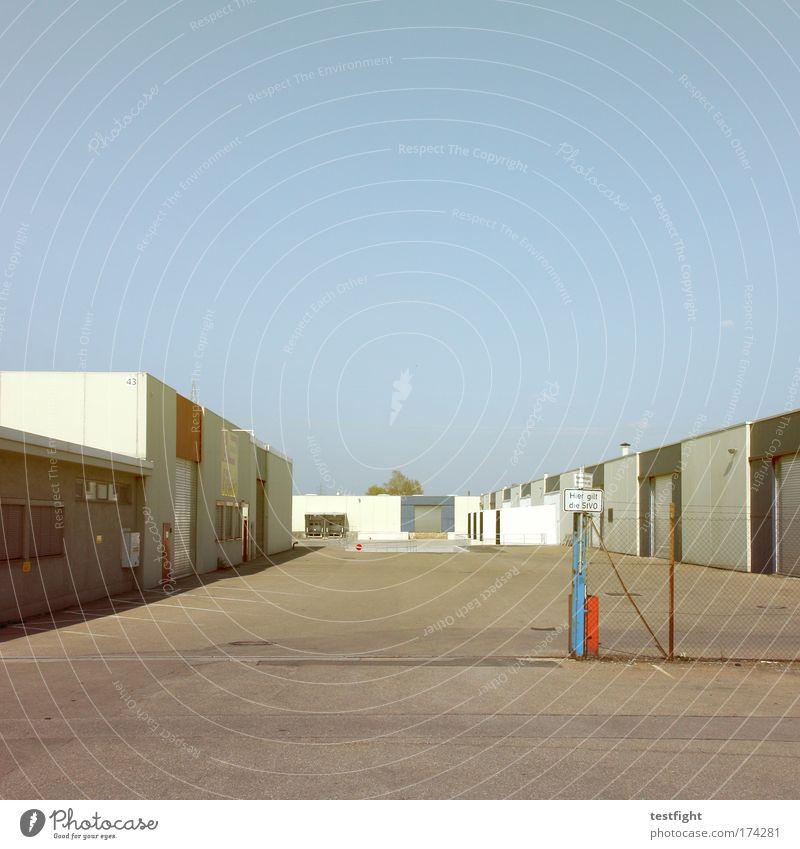 einfahrt Farbfoto Außenaufnahme Textfreiraum oben Tag Zentralperspektive Wirtschaft Industrie Güterverkehr & Logistik Unternehmen Industrieanlage Fabrik Wärme