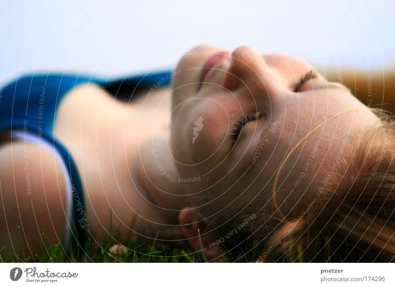 In den Himmel schauen II Mensch Himmel Natur Jugendliche blau schön Sommer Freude Erwachsene Erholung feminin Freiheit Gras Kopf Haare & Frisuren Glück