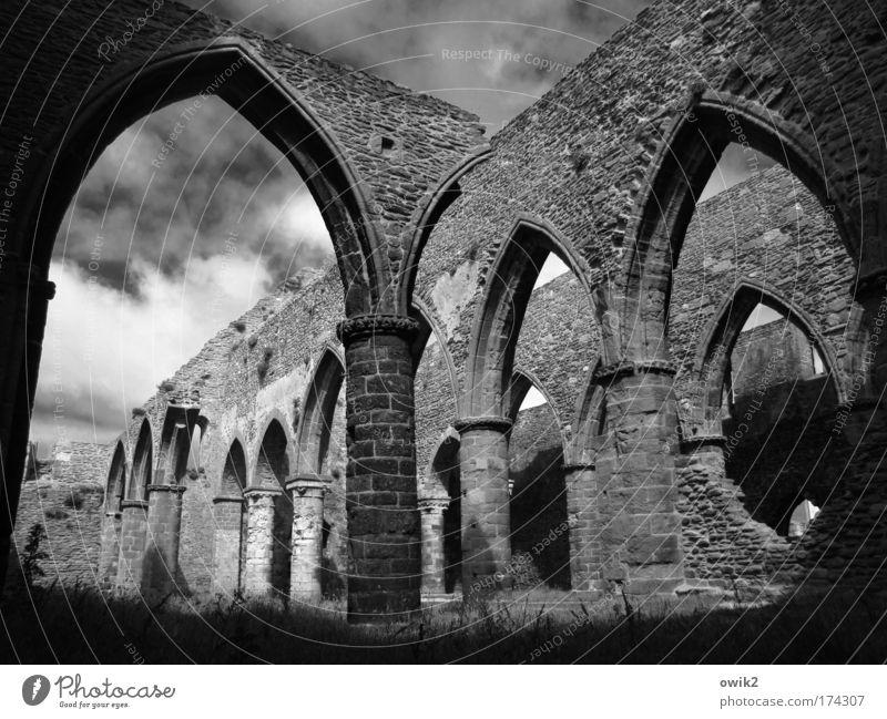 Alte Gebetsstätte Himmel Wolken Schönes Wetter St. Mathieu Finistere Bretagne Frankreich Westeuropa Kirche Ruine Bauwerk Gebäude Architektur Fensterbogen Gotik