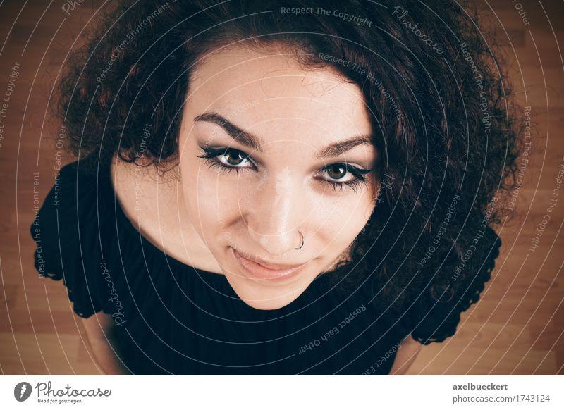 junge Frau von oben Mensch feminin Junge Frau Jugendliche Erwachsene 1 18-30 Jahre Piercing brünett langhaarig Locken Lächeln Nasenring Zufriedenheit