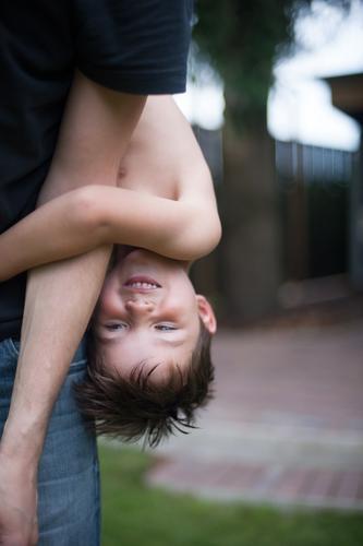 Kopfüber Kinderspiel Ausflug Abenteuer Sommer Sommerurlaub Junge Eltern Erwachsene Vater Familie & Verwandtschaft Kindheit Leben 2 Mensch 3-8 Jahre 30-45 Jahre
