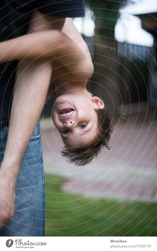 Kopfüber Freude Glück Spielen Sommer Feste & Feiern Geburtstag Kind Kleinkind Junge Familie & Verwandtschaft Kindheit Leben 1 Mensch 3-8 Jahre lachen schreien