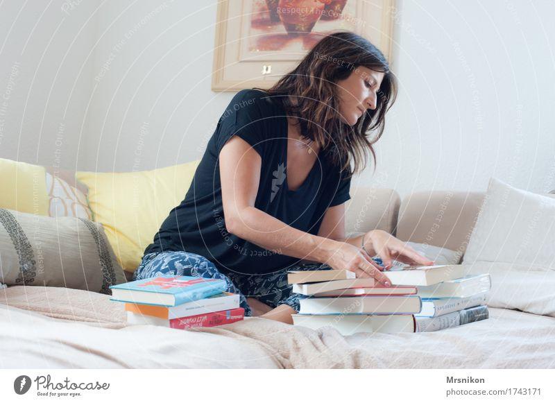 Next? Mensch Frau Freude Erwachsene Leben feminin Wohnung träumen Häusliches Leben Freizeit & Hobby sitzen Buch lernen einzigartig berühren lesen