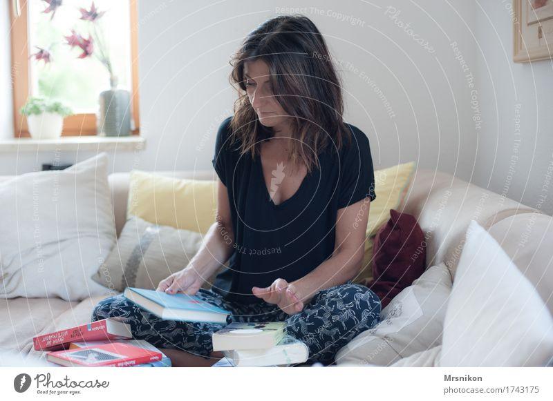 Was lese ich? Mensch Frau Erwachsene Leben Glück Denken Wohnung träumen Häusliches Leben Freizeit & Hobby authentisch Buch lernen beobachten berühren lesen
