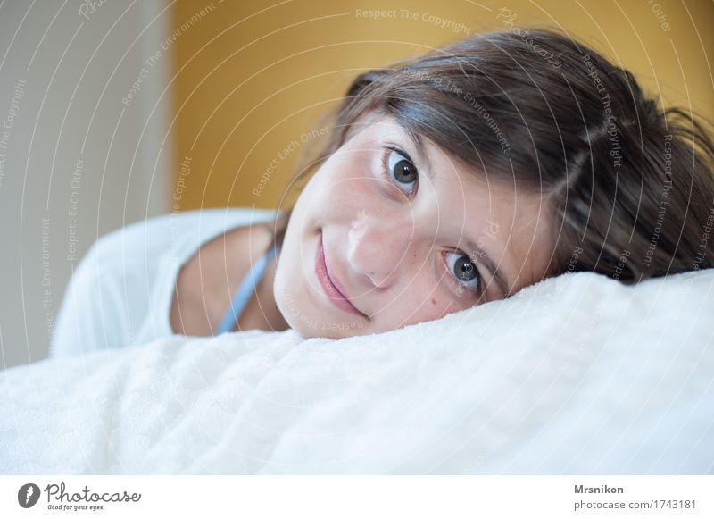 Träumerin Mensch Kind Jugendliche Erholung Mädchen liegen 13-18 Jahre Lächeln Freundlichkeit brünett Wohnzimmer ausruhend lieblich Mädchengesicht