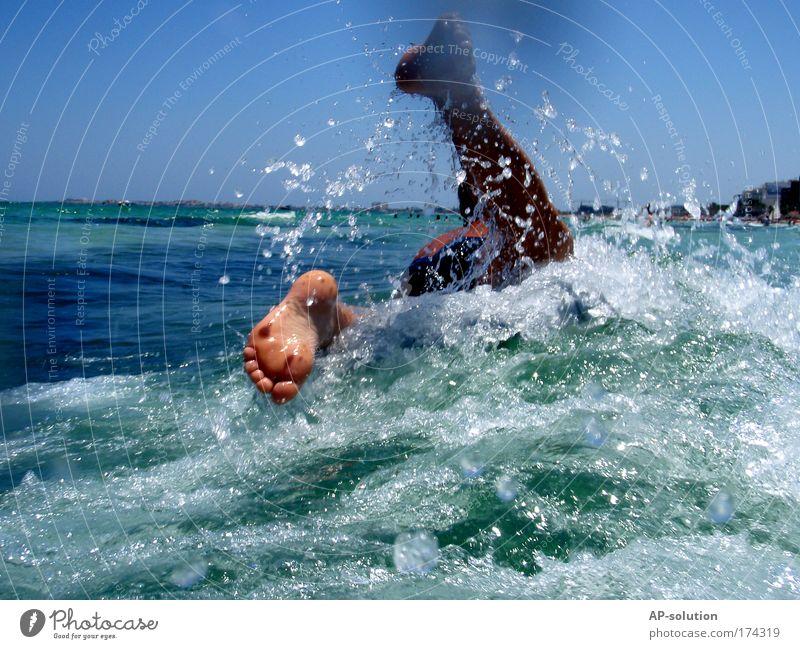 Planschen Mensch Himmel blau Wasser grün Ferien & Urlaub & Reisen Sommer Meer Freude Leben Fuß Schwimmen & Baden Wellen wild Haut nass