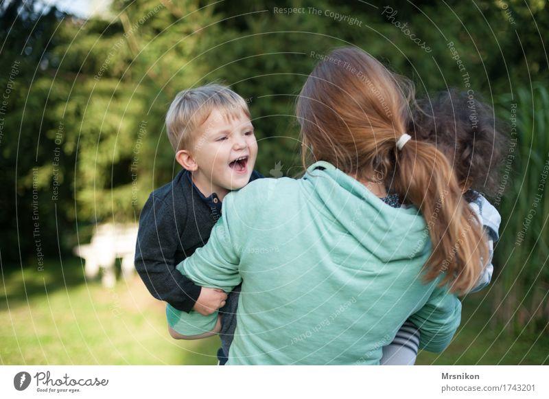 Glück Mensch Kind Jugendliche Sommer Freude 18-30 Jahre Erwachsene Leben Junge Familie & Verwandtschaft Spielen lachen Garten Zusammensein leuchten