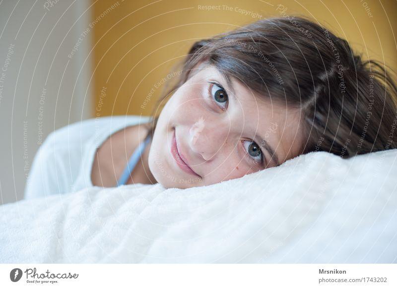 Ruhe feminin Mädchen Jugendliche Leben Kopf 1 Mensch 13-18 Jahre Lächeln liegen schlafen Blick ruhig Pause Erholung mädchenhaft Mädchengesicht Mädchenportrait