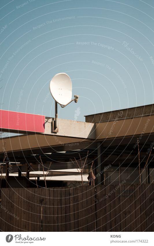 empfangsmodul Farbfoto Textfreiraum oben Tag Antenne Satellitenantenne Telekommunikation Technik & Technologie Wolkenloser Himmel Menschenleer Architektur Dach