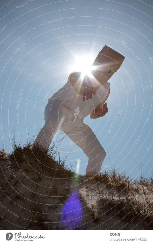 kapow! Farbfoto Außenaufnahme Textfreiraum oben Sonnenlicht Sonnenstrahlen Gegenlicht Ganzkörperaufnahme Blick in die Kamera Kampfsport maskulin 1 Mensch