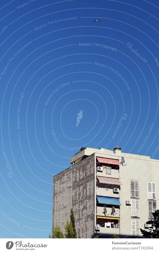 Croatia06. Stadt Hafenstadt Haus Hochhaus Häusliches Leben Wohnhochhaus Plattenbau Balkon Markise Fensterladen Kroatien Split Wolkenloser Himmel Mittagssonne