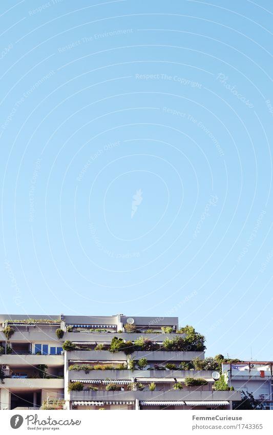 Croatia02. Stadt Hafenstadt Haus Kroatien Split Wohnhochhaus Balkon Pflanze Balkonpflanze Markise Sträucher Wolkenloser Himmel hell-blau Sommer sommerlich