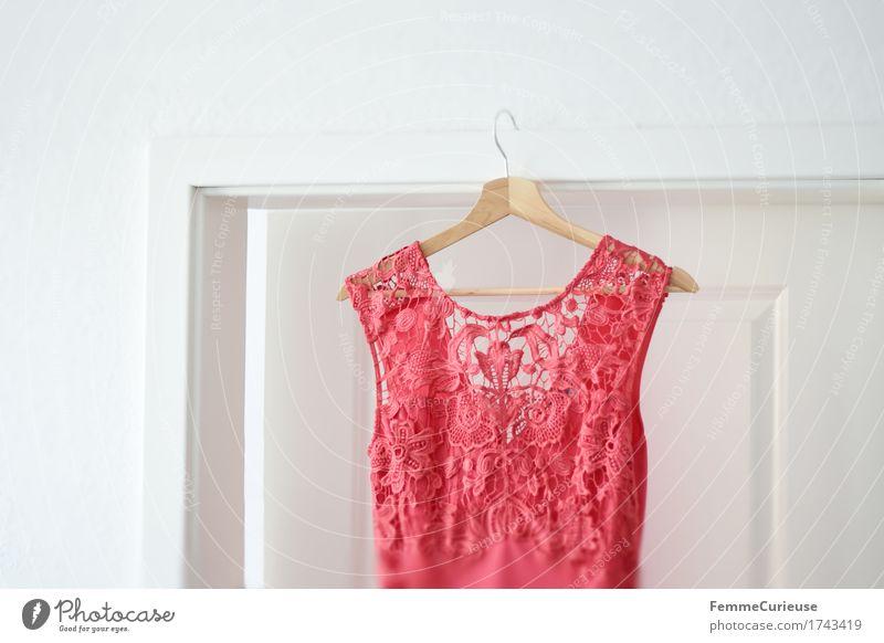Spitzentraum. Stil schön Mode Bekleidung Kleid feminin Feste & Feiern Spitzenkleid rosa hummerfarben Sommerkleid Türrahmen Kleiderbügel hängend Haus