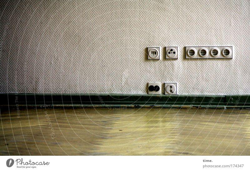 Welt am Draht Wand Steckdose Tapete Bodenbelag Parkett glänzend Unbewohnt funktional Medien TV Fernseher Radio Stabsauger Spülmaschine Leuchtglobus Struktur