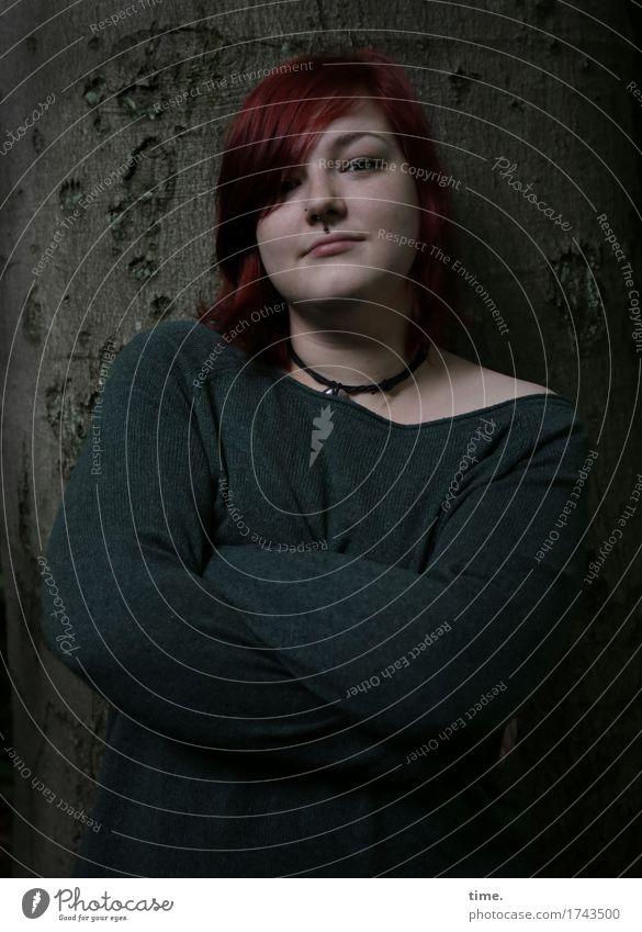 . feminin 1 Mensch Baum Pullover Schmuck Piercing Halskette rothaarig langhaarig beobachten Denken Blick stehen warten dunkel schön selbstbewußt Kraft Mut