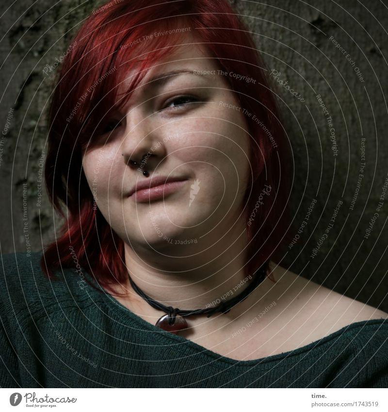 . feminin 1 Mensch Baum Pullover Schmuck Piercing Halskette rothaarig langhaarig beobachten Denken Lächeln Blick warten schön Fröhlichkeit Zufriedenheit
