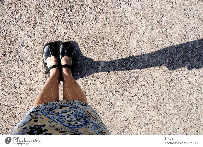 Sonnenuhr Frau Mensch blau feminin Fuß Schuhe Beine warten Erwachsene Fröhlichkeit Pause stehen dünn Rock innehalten