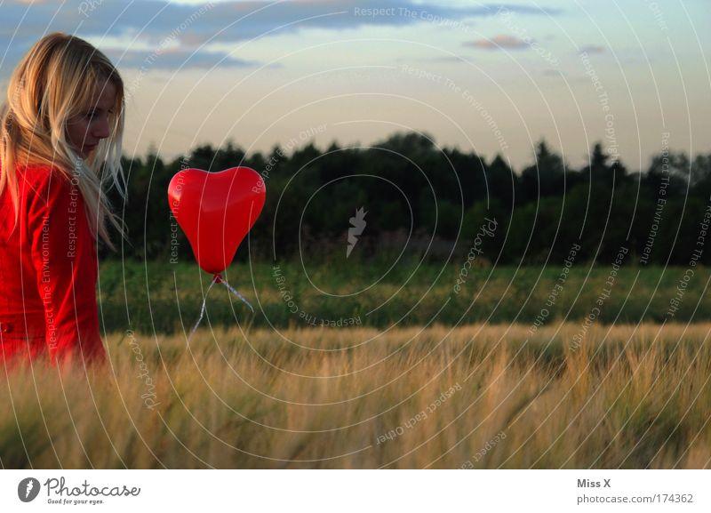 der neue rote Mantel Valentinstag Junge Frau Jugendliche Erwachsene 1 Mensch 18-30 Jahre Natur Landschaft Wind Feld blond Luftballon Denken schön Gefühle