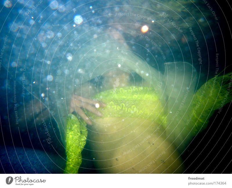 feuchter traum Farbfoto mehrfarbig Unterwasseraufnahme Tag Blitzlichtaufnahme Unschärfe Wegsehen Mensch feminin Junge Frau Jugendliche Erwachsene Brust 1 Stoff