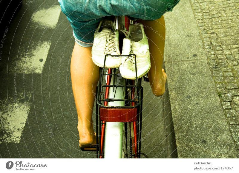 Barfuß plus Schuhe Fahrrad Rad Fahrradtour Fahrradweg Turnschuh Gepäck gepäckträger Straße Straßenverkehr Bürgersteig Frau Sommer Tourismus