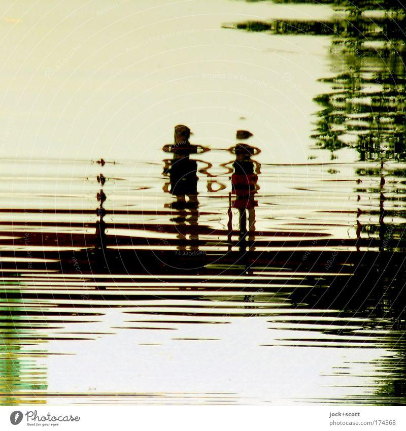 Wir lieben Wasser (Spiegelung im Schloßteich) Brücke beobachten Liebe stehen Zusammensein Gefühle Sympathie Romantik Liebesaffäre Surrealismus Piktogramm