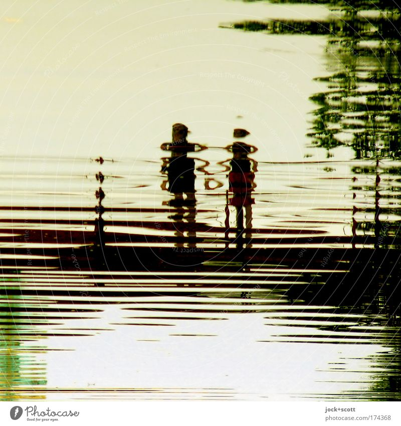 Wir lieben Wasser (Spiegelung im Schloßteich) Partner Brücke beobachten Liebe stehen Zusammensein Gefühle Sympathie Romantik Partnerschaft Liebesaffäre