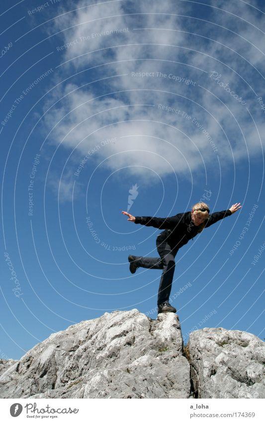 nur nicht die balance verlieren Himmel blau schön Wolken Berge u. Gebirge oben Stein Kraft Felsen hoch wandern Abenteuer gefährlich Coolness Klettern Unendlichkeit
