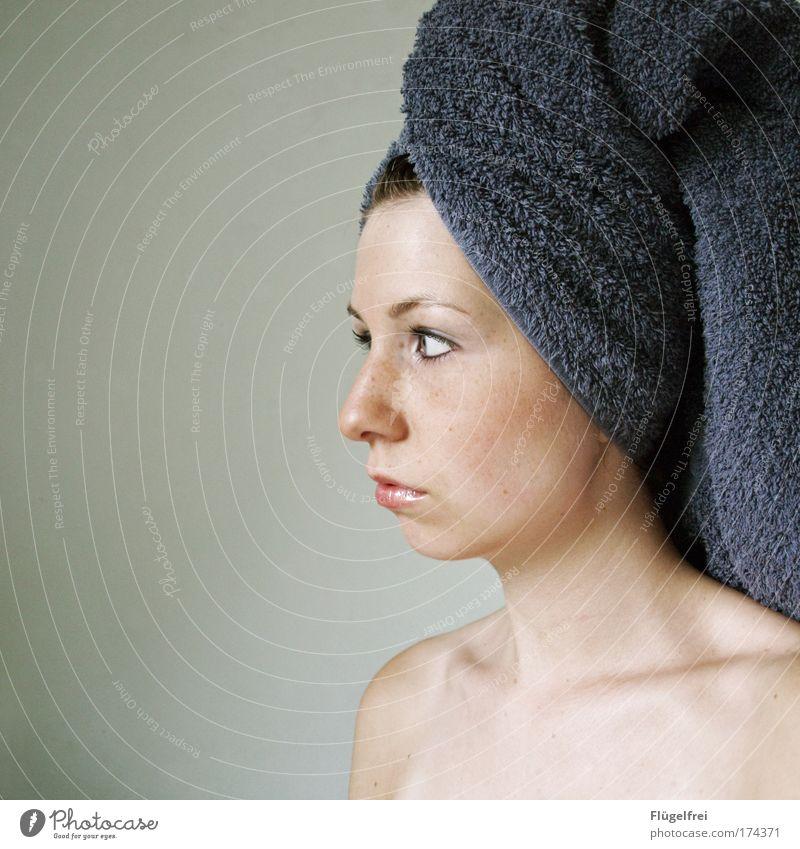 Das Mädchen ohne Perlenohring feminin Junge Frau Jugendliche Erwachsene 1 Mensch 18-30 Jahre Blick Handtuch violett Gesicht schön Lippen leer Denken Wellness