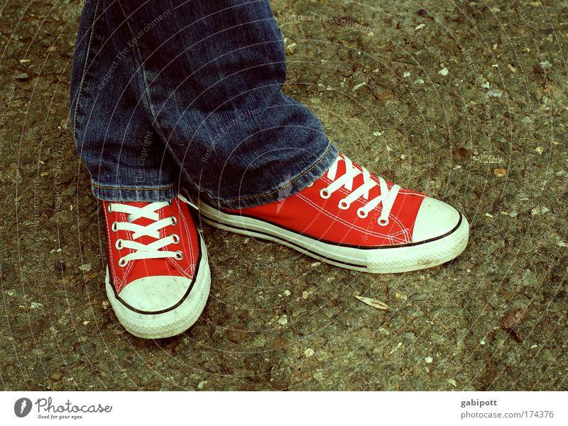 standpunkt Jugendliche Beine Fuß 1 Mensch Jugendkultur Mode Bekleidung Jeanshose Turnschuh stehen warten kalt trist blau rot Nervosität Angst flau Stress