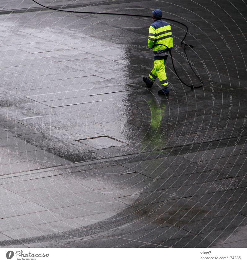Neon Mensch Mann Erwachsene gelb Beine Arbeit & Erwerbstätigkeit dreckig laufen Energiewirtschaft nass maskulin Baustelle Industrie Reinigen Sauberkeit Warnhinweis