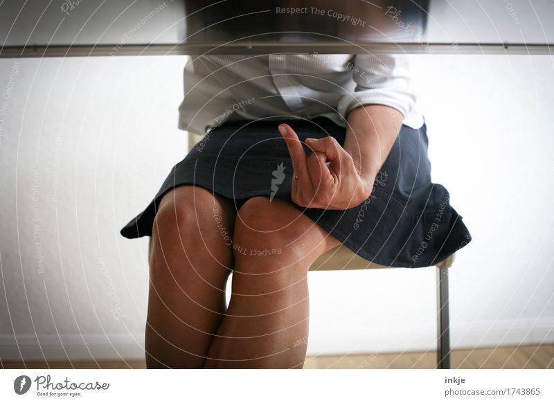 Kurzgespräch unter der Gürtellinie Stil Frau Erwachsene Leben Körper Hand Finger Mittelfinger 1 Mensch 30-45 Jahre Rock Bluse Stuhl Tisch Kommunizieren sitzen