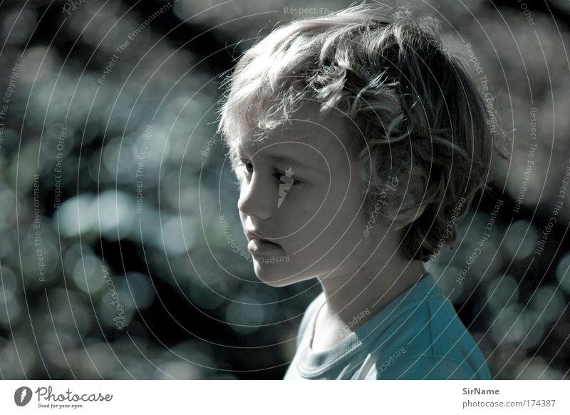 110 [die blaue Stunde] Mensch blau schön ruhig Umwelt Gefühle Junge Glück Kindheit blond Zufriedenheit ästhetisch beobachten T-Shirt Kind Sehnsucht