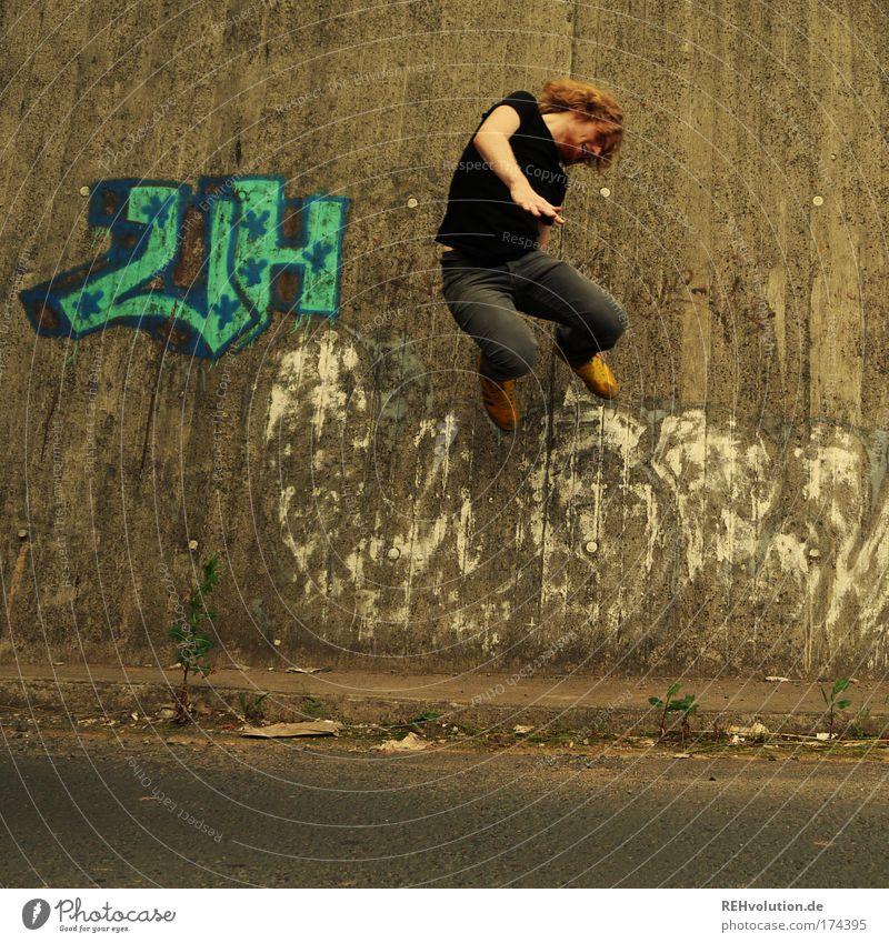 Junger Mann springt Farbfoto Außenaufnahme Ganzkörperaufnahme Stil Freude Mensch maskulin Jugendliche 1 18-30 Jahre Erwachsene Mauer Wand Straße blond Bart