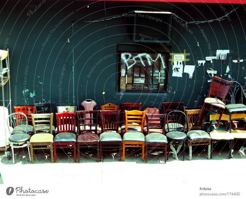 Stühle von Manhattan Möbel alt weiß grün rot Sommer schwarz gelb Holz mehrfarbig braun dreckig Lifestyle Stuhl Kitsch einzigartig