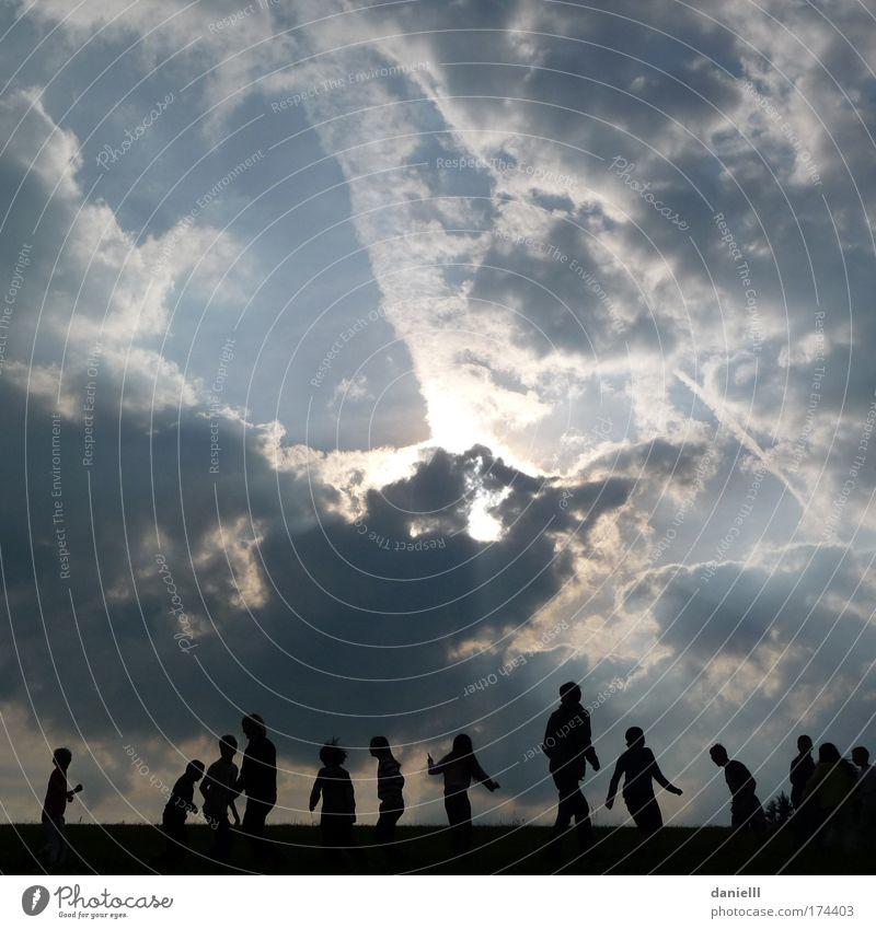 Sonntag Mensch Kind Himmel Natur Jugendliche Sonne Freude Wolken Umwelt Leben Spielen Bewegung Menschengruppe Luft Horizont Zusammensein