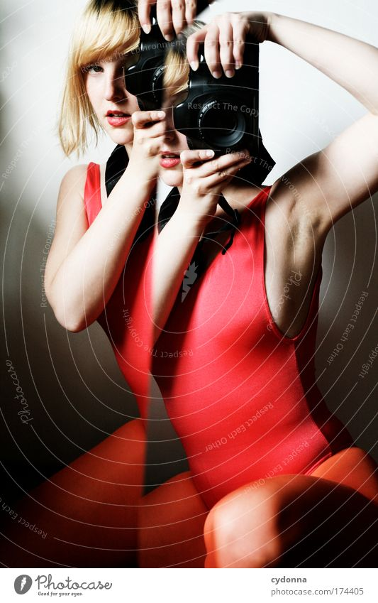 Behind the Mirror II Frau Mensch Jugendliche schön Farbe Leben Gefühle Erwachsene träumen Freizeit & Hobby Fotografie ästhetisch Zukunft einzigartig Technik & Technologie Kommunizieren