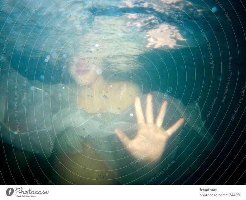 hai Farbfoto mehrfarbig Unterwasseraufnahme Kunstlicht Blitzlichtaufnahme Oberkörper Blick in die Kamera Wellness Whirlpool Schwimmen & Baden Mensch feminin