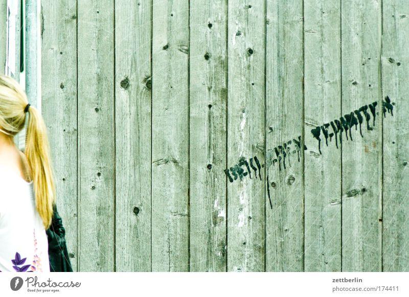 Bekleben verboten Baustelle Bauzaun Zaun Holz Holzbrett Bretterzaun Barriere Verbote Regel Anleitung Anweisung Frau Rücken Haare & Frisuren Pferdeschwanz blond