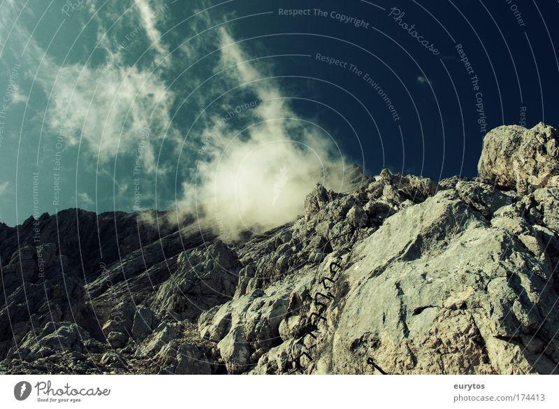 Alpine Zuckerwatte Farbfoto Außenaufnahme Textfreiraum oben Tag Kontrast Silhouette Zentralperspektive Weitwinkel Berge u. Gebirge Klettern Bergsteigen Umwelt