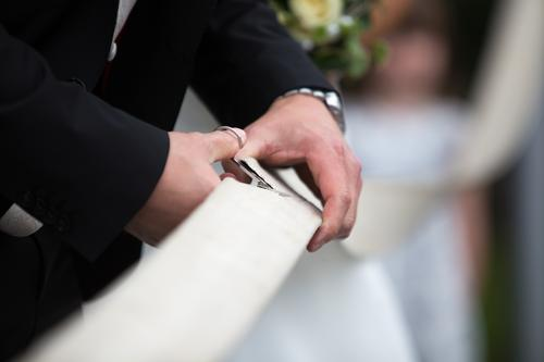 Schnittmenge Hochzeit Paar Partner Leben Hand Anzug Freude Glück Fröhlichkeit Zufriedenheit Zusammensein Liebe Treue Romantik Hoffnung Schere Bräutigam Aufgabe