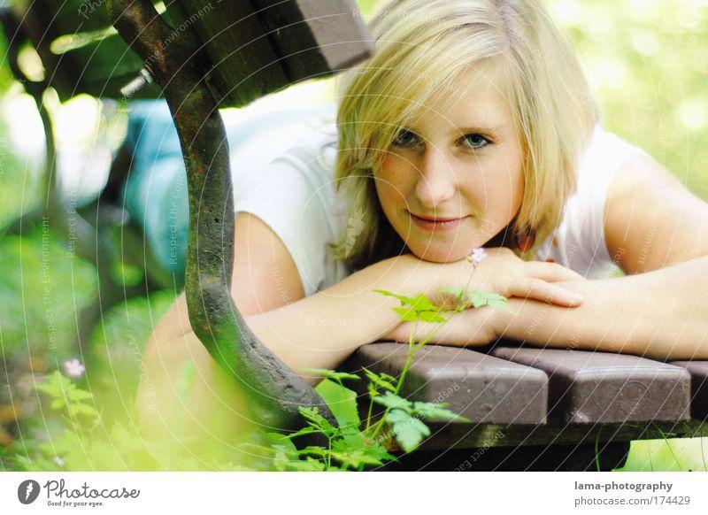 summertime Mensch Natur Jugendliche Pflanze Blume ruhig Erwachsene Erholung feminin Glück Junge Frau träumen Park Zufriedenheit blond liegen