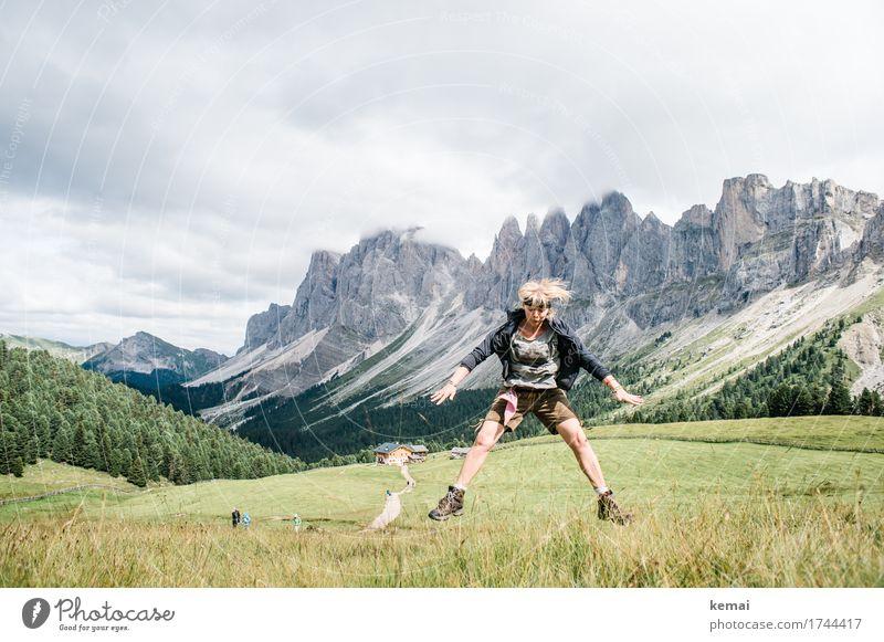 Juchee! Frau Mensch Himmel Natur Ferien & Urlaub & Reisen Sonne Landschaft Freude Berge u. Gebirge Erwachsene Leben Lifestyle lustig feminin Spielen Freiheit