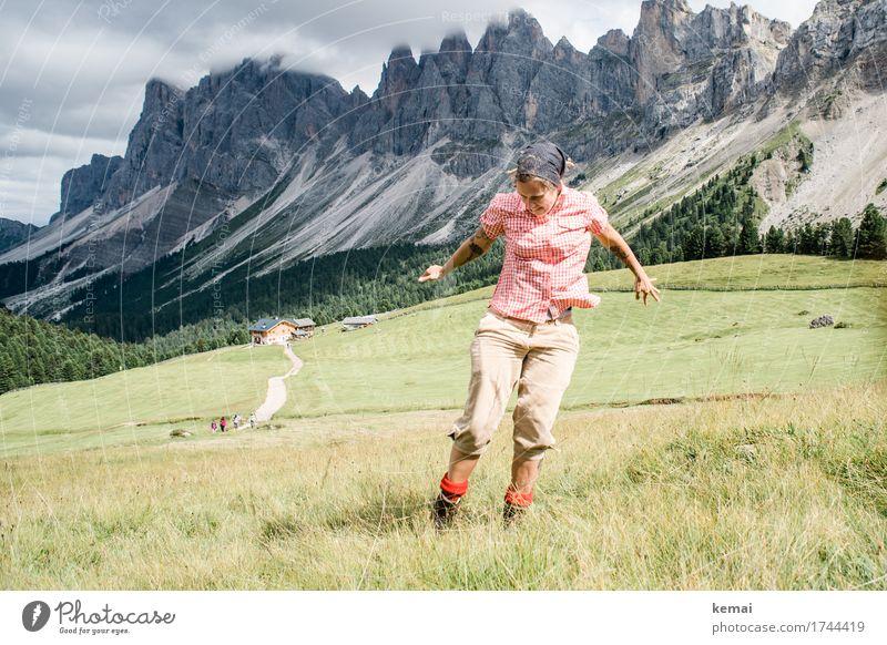 Bergtanz Frau Mensch Ferien & Urlaub & Reisen Sommer Landschaft Freude Berge u. Gebirge Erwachsene Leben Lifestyle lustig Wiese feminin Glück Spielen