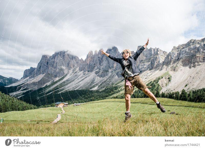 Die Luft ist dünn Mensch Frau Himmel Ferien & Urlaub & Reisen Sommer Landschaft Wolken Freude Berge u. Gebirge Erwachsene Leben Lifestyle Wiese feminin Freiheit