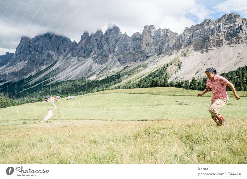 Anlauf Mensch Himmel Natur Ferien & Urlaub & Reisen Sommer Landschaft Freude Ferne Berge u. Gebirge Erwachsene Leben Lifestyle feminin außergewöhnlich Freiheit