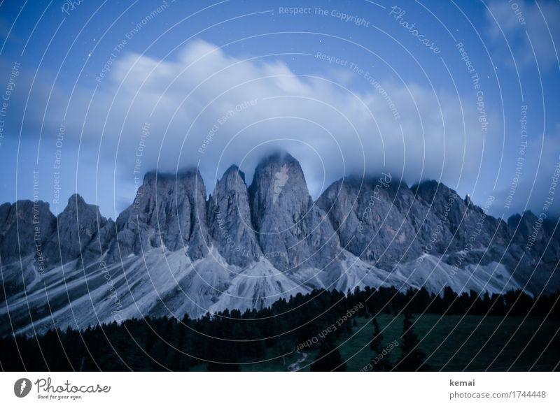 Nachts in den Bergen Himmel Natur Ferien & Urlaub & Reisen blau Sommer Landschaft Wolken ruhig Wald Berge u. Gebirge dunkel Umwelt außergewöhnlich Freiheit