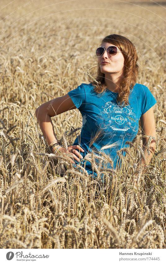nach der Ernte Mensch Jugendliche schön feminin Freiheit Glück Feld Erwachsene T-Shirt dünn natürlich Sonnenbrille Frau knien Junge Frau